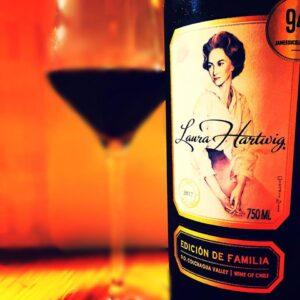 Registro fotográfico de uma garrafa de vinho da vinícola Laura Hartwig.