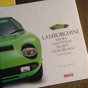 Registro fotográfico de um catalogo de Lamborghini em cima de uma mesa de madeira.