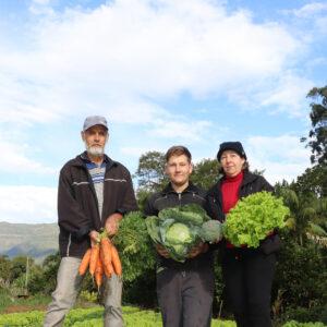 Registro fotográfico de trabalhadores da Cooperativa Mista de Agricultores Familiares de Itati e suas inovações em mãos.