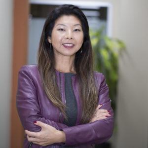 Computadores no comando de máquina da Jacto e a executiva Kelly Nakaura, da John Deere: novos modelos de negócios incorporam a servitização